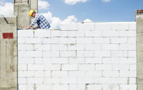 Дешевый ДОМ из газоблока. Газобетон все больше и больше набирает популярность в качестве материала для строительства загородных домов, гаражей и других построек