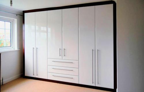 Складные двери для шкафа. Шкаф с распашными дверьми