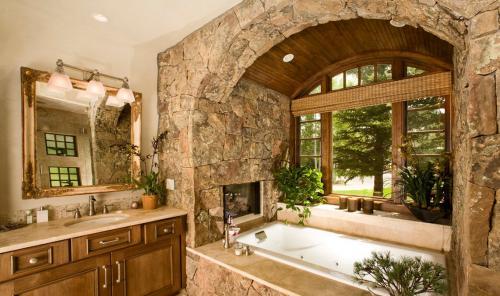 Декоративный камень в ванной. Преимущества материала в дизайне ванных