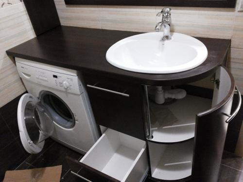 Хранение в маленькой ванной.  Правильный выбор рукомойника