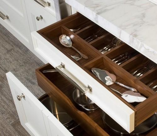 Полки выдвижные для кухни. Как обустроить кухню выдвижными системами