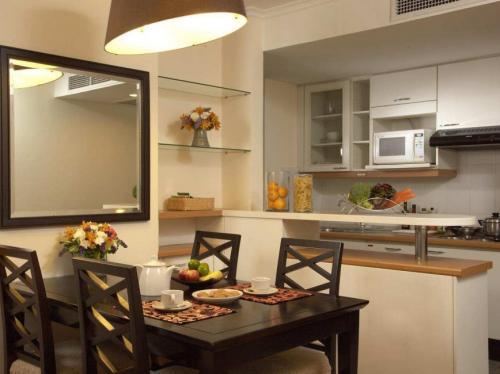 Зеркало в комнату на стену. В кухне