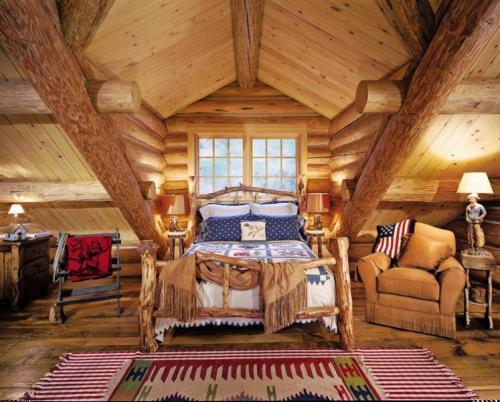 Интерьер деревянного дома внутри. Уютная мансарда
