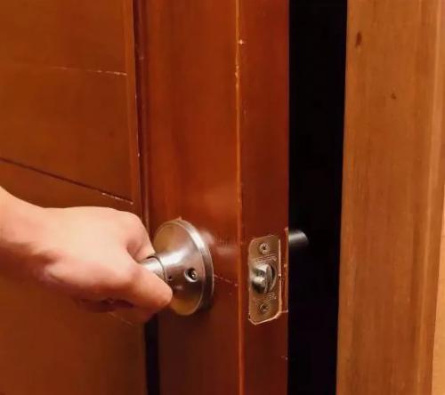 Дверь гармошка плохо закрывается. Что делать, если двери перестали плотно закрываться