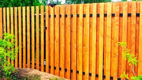 Монтаж деревянного забора. Виды деревянных заборов –, как создать красивую и надежную конструкцию